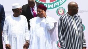 De gauche à droite: le président tchadien Idriss Déby, le président nigérien Mahamadou Issoufou et le Burkinabè Roch Marc Christian Kaboré lors de la cérémonie d'ouverture du sommet de la Cédéao, le 14 septembre 2019.