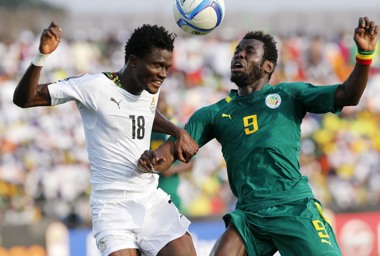 Le Sénégalais Mame Biram Diouf (à droite) et le Ghanéen Daniel Amartey se disputent un ballon.