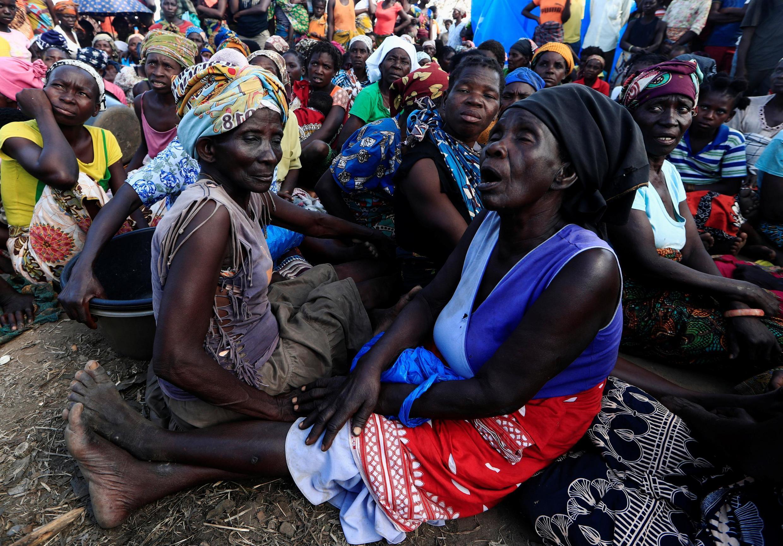 Des femmes attendent de recevoir de l'aide humanitaire dans un camp de déplacés après le passsage du cyclone Idai, près de Beira, le 31 mars 2019.