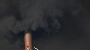 Fumaça negra da chaminé da Capela Sistina indica que o papa ainda não foi escolhido.