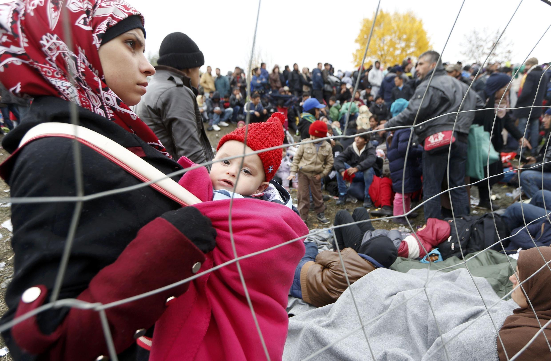 Migrantes hacen cola para atravesar la frontera entre Eslovenia y Austria en Spielfeld, 28 de octubre de 2015.