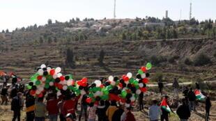 Des Palestiniens manifestent contre la visite de Mike Pompeo à la colonie de Psagot, en Cisjordanie occupée, le 18 novembre 2020, à Al-Bireh.