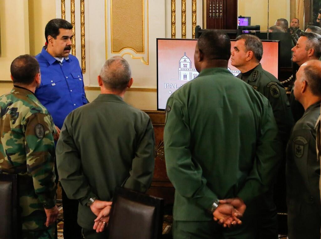 Le président vénézuélien, Nicolas Maduro, au palais de Miraflores, avec des membres de son gouvernement et des gradés de l'armée, au lendemain de la journée du 30 avril.