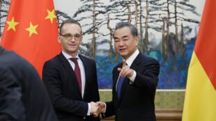 中國外長王毅與訪華的德國外長馬斯13日在新聞發布會上