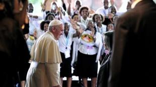 Le pape, accueilli par le directeur général du bureau des Nations unies à Nairobi, Sahle-Work Zewde, est acclamé par la foule lors de son arrivée, le 26 novembre 2015.