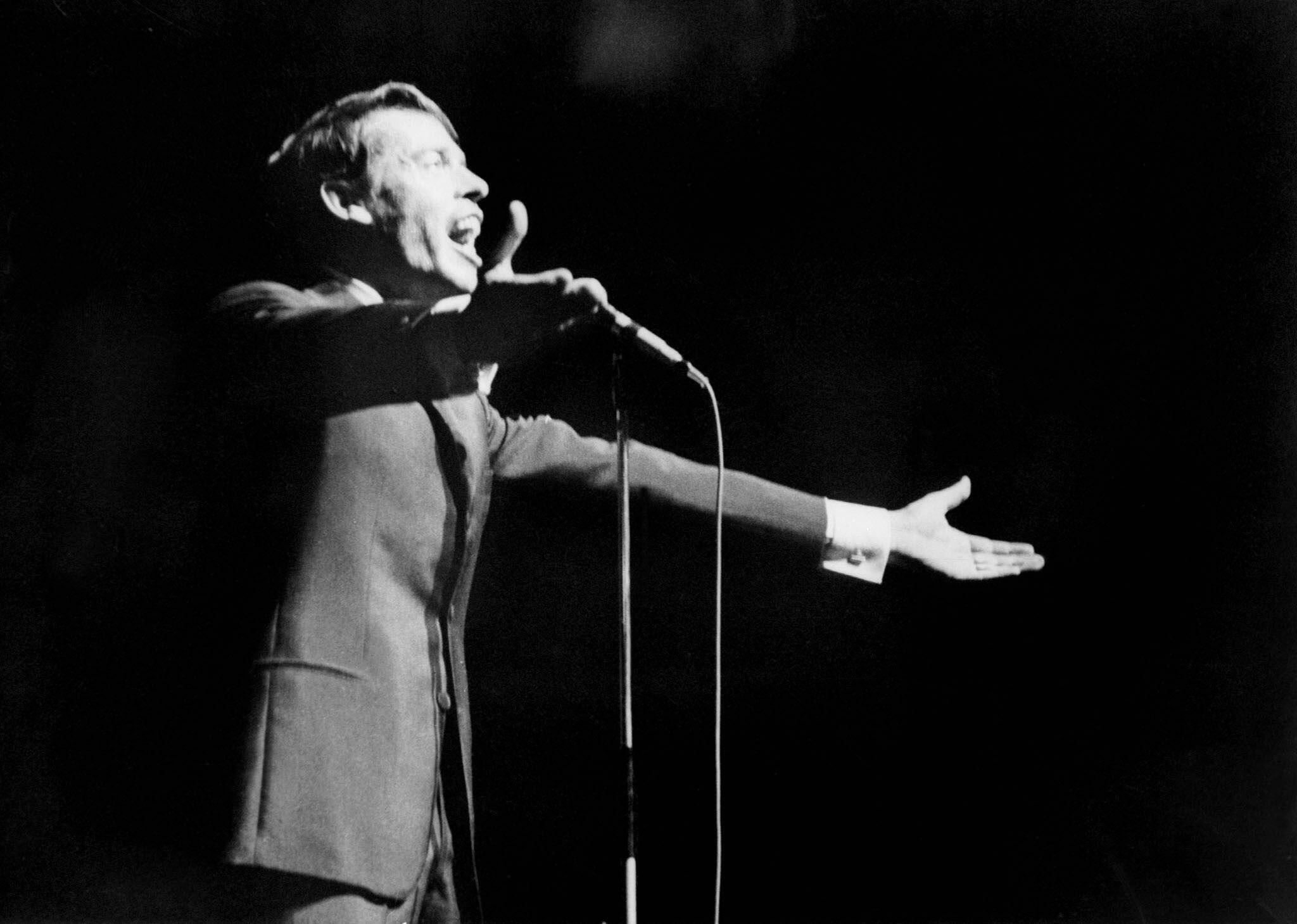 Le chanteur belge Jacques Brel lors de son dernier concert à l'Olympia le 7 octobre 1966.