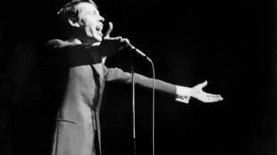 Le chanteur belge Jacques Brel, lors de son dernier concert à l'Olympia, le 7 octobre 1966.