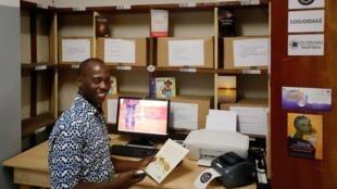 Lamine Koné utilise la Wittybox dans les locaux des éditions Les Classiques ivoiriens.