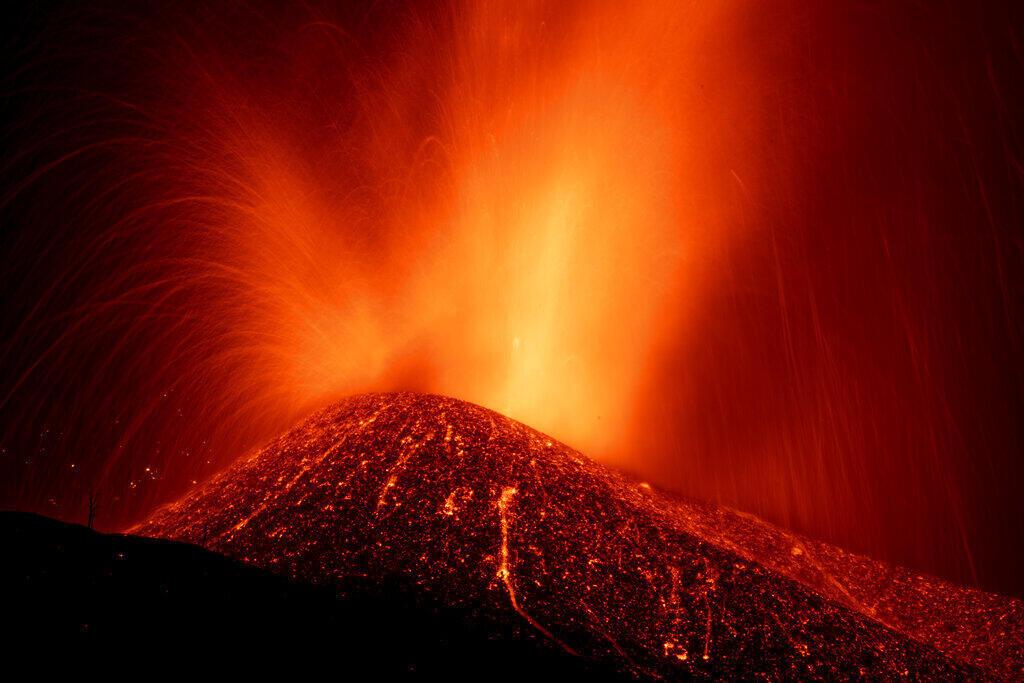 拉帕尔马岛火山喷发,摄于9月23日
