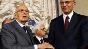 O presidente italiano, Giorgio Napolitano, e o primeiro-ministro Enrico Letta, durante o anúncio do novo governo do país neste sábado, dia 27 de abril, no Palácio Quirinale, em Roma.