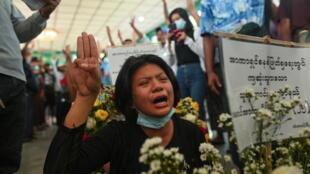 緬甸仰光一位為死難抗議者哀悼的婦女