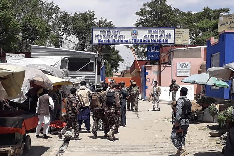 Forças de segurança durante o ataque de homens armados a um hospital de Cabul no Afeganistão