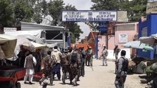 Les forces de sécurité afghanes sur le site de l'attaque de l'hopital à Kaboul, le 12 mai 2020.