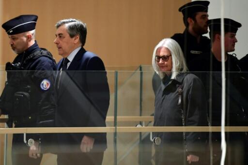 El ex primer ministro francés François Fillon y su esposa Penelope llegan a un tribunal para participar de la apertura de su juicio, el 26 de febrero de 2020 en París