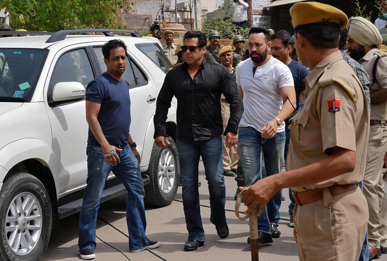 Tài tử Bollywood Salman Khan (áo đen, ở giữa) đến phiên tòa ở Jodhpur, bang Rajasthan, ngày 05/04/2018.