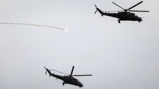 Des hélicoptères de l'Otan procèdent à des exercices militaires le 16 juin 2017, en Pologne.