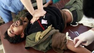 Los médicos tratan de reanimar a un soldado de Kadafi capturado por los rebeldes en Misrata.
