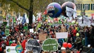 در تظاهرات روزهای شنبه و یکشنبه ٤ و ۵ نوامبر  ٢٠۱٧  در شهر بُن، تظاهر کنندگان با حمل شعارهایی خواستار توجه بیشتر به تغییرات اقلیمی شدند.
