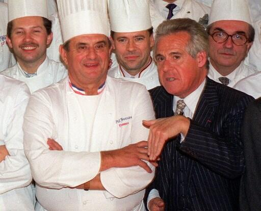 法國著名美食評論家米幼(圖右)與保羅博庫斯(圖左)等的法國名廚合影     1989年11月16日