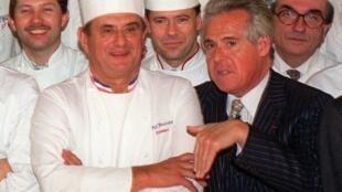 法國著名美食評論家米幼(圖右)與保羅博庫斯(圖左)等的法國名廚合影      1989年11月