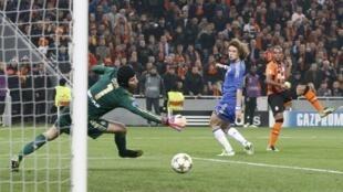 Dan wasan Shakhtar Donetsk Fernandinho a lokacin da ya ke zirara kwallo a ragar Chelsea a gasar Zakarun Turai.