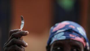 Outil fait maison fabriqué à partir d'un clou utilisé pour la mutilation génitale féminine (MGF). L'ONU estime que plus de 200 millions de femmes et de filles ont subi des mutilations génitales féminines.