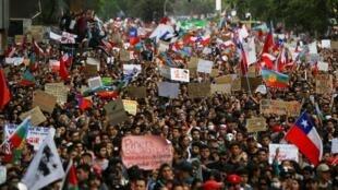 Người dân Chilê biểu tình đông đảo ở Santiago và trên khắp nước đòi cải cách, ngày 25/10/2019.