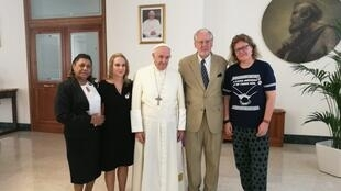 Da esquerda para a direita: Marinete Silva, Raquel Proner, papa, Paulo Sérgio Pinheiro e Cibele Kuss.