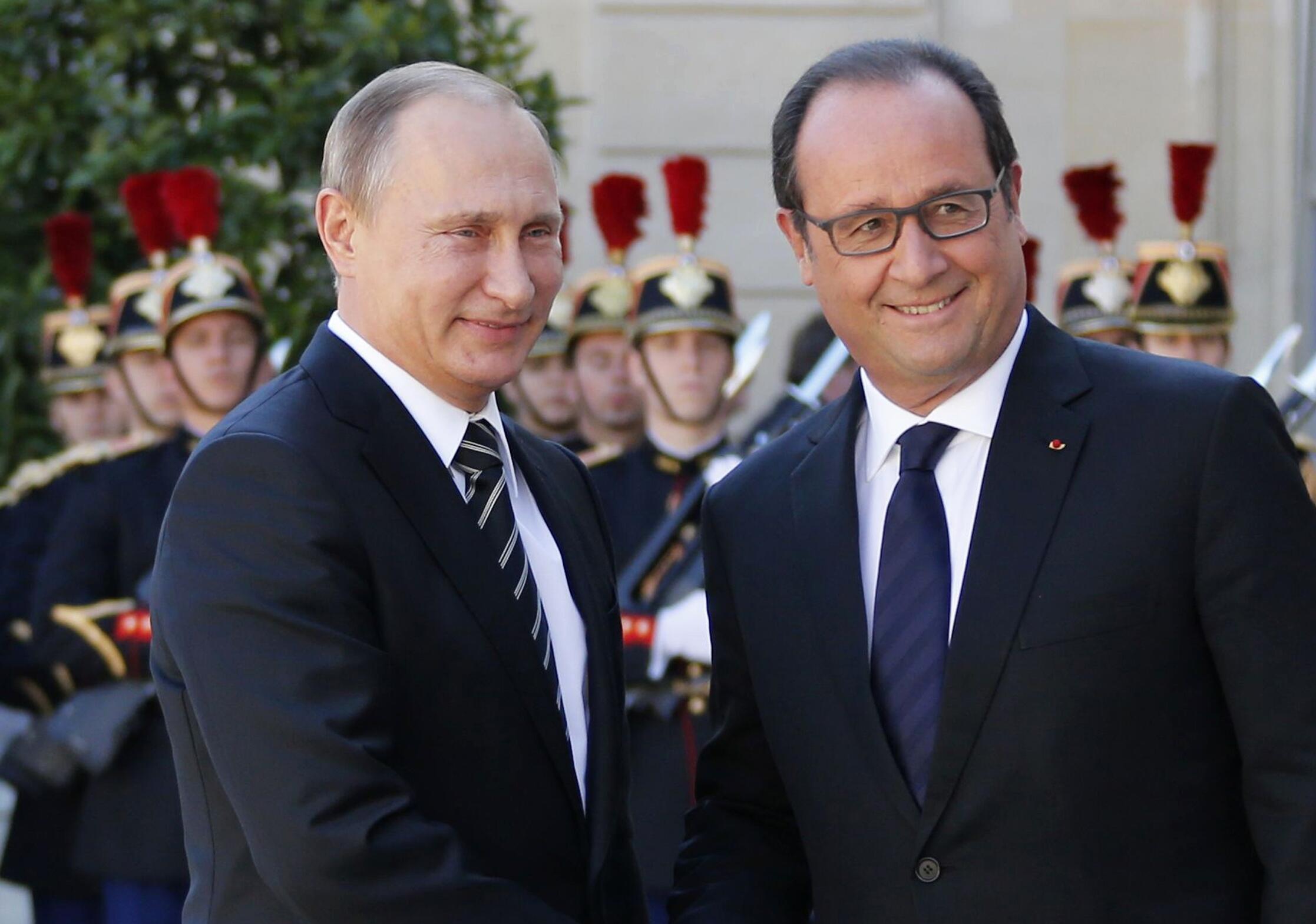 Francois Hollande (direita) recebe Vladimir Putin em Pari.