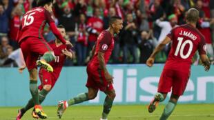 Festejos dos jogadores portugueses após o golo de Nani (centro).