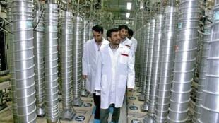 O presidente do Irã, Mahmoud Ahmadinejad, visita a usina nuclear de  Natanz, a 270 km de Teerã.