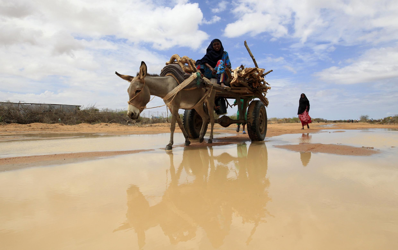 Mwanamke mmoja mkimbizi kutoka Somalia, akichota maji jirani na kambi ya Dadaab, jirani na mpaka wa Kenya na Somalia, 19 October, 2011
