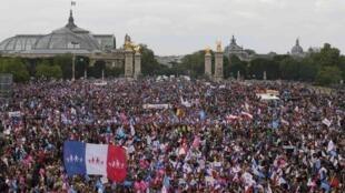 La manifestation contre le mariage pour tous a rassemblé entre 150 000 (police) et 1 million de personnes (organisateurs). Ici, sur l'esplanade des Invalides, à Paris.