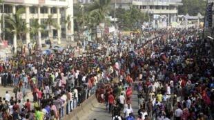 Los manifestantes bloquean una calle en Gazipur, este 23 de septiembre de 2013.