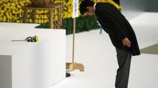 Le Premier ministre japonais, Shinzo Abe se recueille devant le mémorial des victimes de la Seconde Guerre mondiale, le 15 août 2013.