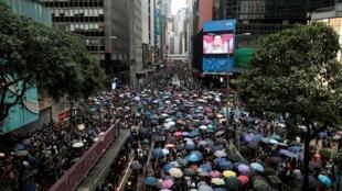 Người dân Hồng Kông cầm dù xuống đường biểu tình đòi dân chủ, tự do bầu cử bất chấp lệnh cấm ngày 31/08/2019.