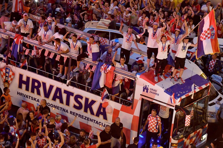 Автобус сборной Хорватии по футболу пробирается через толпу благодарных болельщиков в центре Загреба
