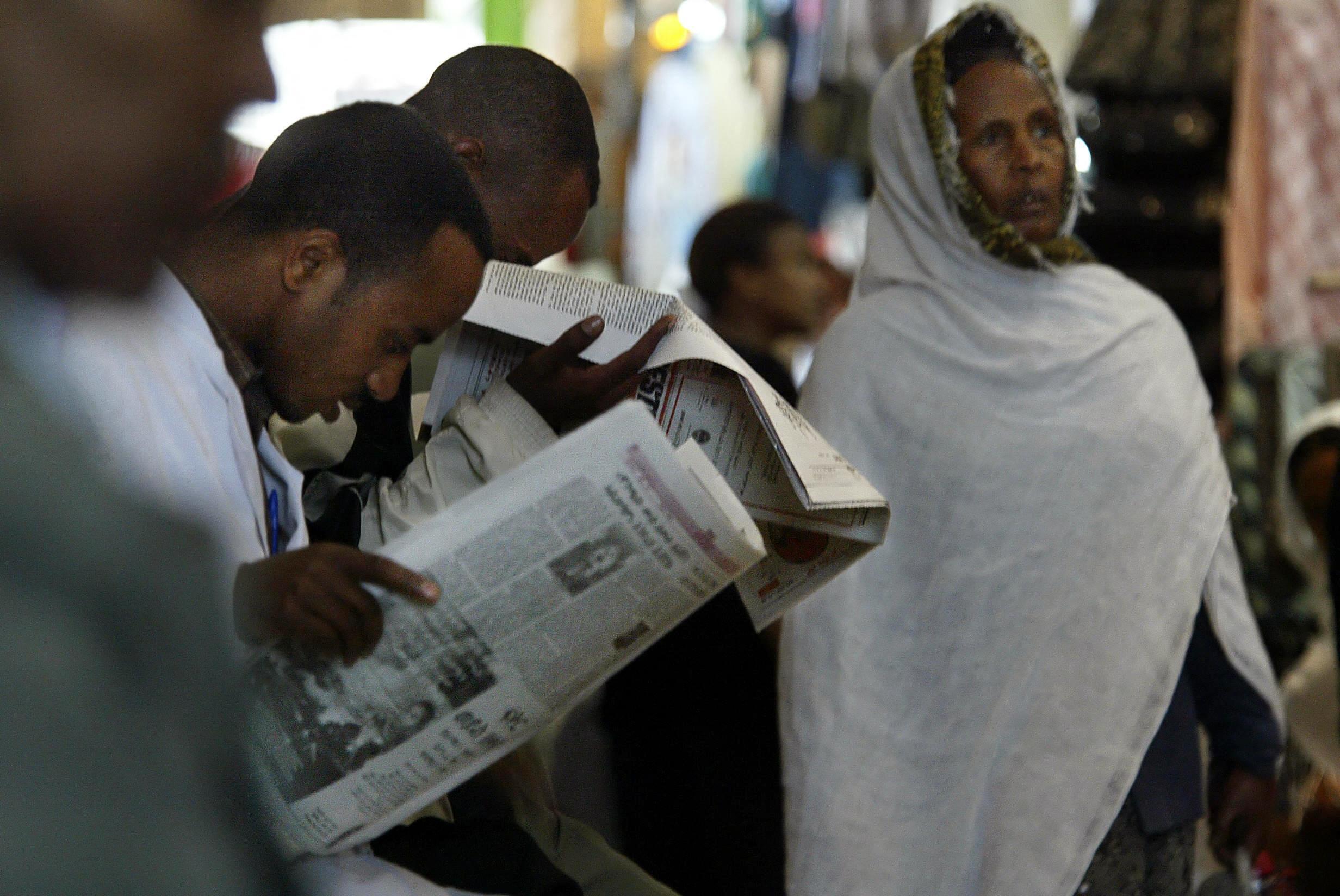 Des lecteurs de la presse éthiopienne à Addis Abeba (illustration)