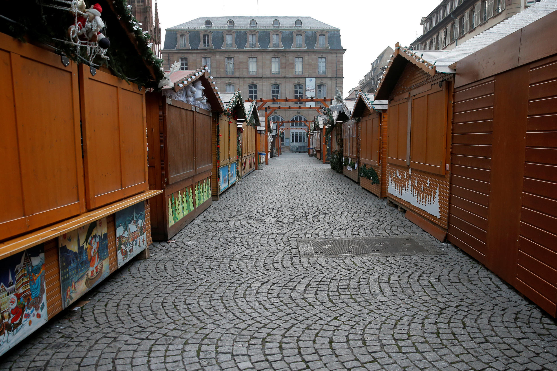 Les allées vides du marché de Noël de Strasbourg, le 12 décembre, au lendemain de l'attaque dans le centre de la ville.