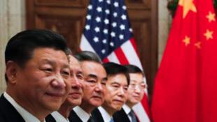 Chủ tịch Trung Quốc Tập Cận Bình (T) và các thành viên đoàn Trung Quốc trong buổi ăn tối làm việc với đoàn Mỹ, bên lề thượng đỉnh G20 ở Buenos Aires, 1/12/2018