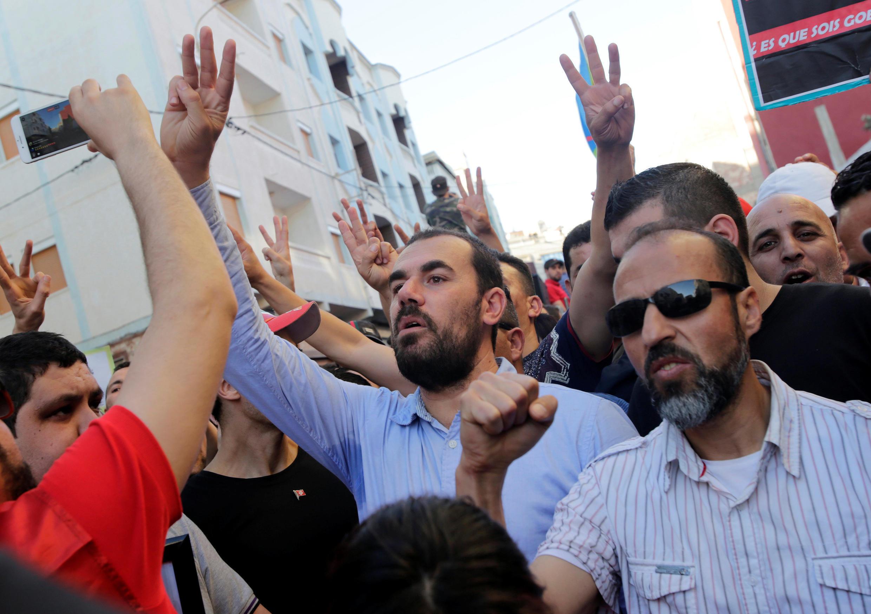 Nasser Zefzafi (au centre), leader de la contestation née dans le Rif après la mort d'un vendeur de poisson broyé par une benne à ordure, lors d'une manifesation le 18 mai 2017.