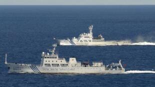 Tàu hải giám Trung Quốc  No. 51 (front) và tuần duyên Nhật  trong vùng biển tranh chấp quần đảo Senkaku/Điếu Ngư. Ảnh  ngày 14/09/ 2012.