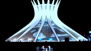 Vue nocturne de la cathédrale de Brasilia, consacrée en 1970.