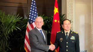 Lãnh đạo Quốc Phòng Mỹ - Trung bất ngờ có cuộc đối thoại.  Ảnh minh họa : bộ trưởng Quốc Phòng Mỹ Jim Mattis (T) và đồng nhiệm Trung Quốc Ngụy Phượng Hoà tại Singapore, 18/10/2018.