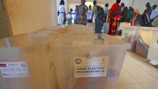 Preparativos en un colegio electoral de Uagadugú, Burkina Faso, la víspera de las elecciones presidenciales y legislativas, el 21 de noviembre de 2020