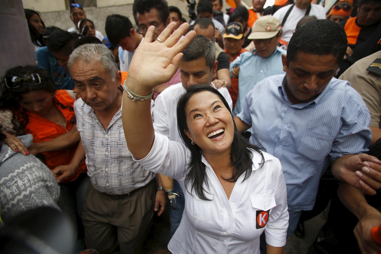 Keiko Fujimori, favorite du scrutin présidentiel péruvien, saluant ses partisans à Cerro San Cosme, le8Janvier2016.