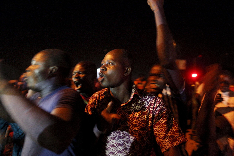 Des manifestants occupent la place de la Révolution, à Ouagadougou, ce mercredi 16 septembre dans la soirée.