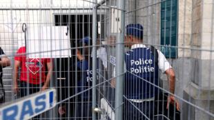 La police arrive à la prison de Saint-Gilles pour remplacer des agents en grève depuis deux semaines, le 9 mai 2016.