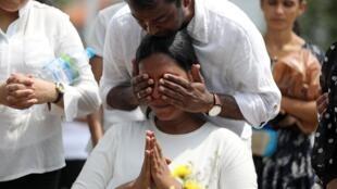 家属为斯里兰卡系列爆炸中丧生的亲人哀悼