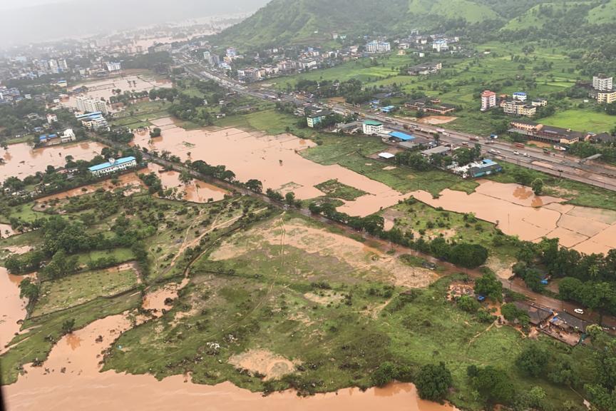 Imagen aérea divulgada por la Marina india de una zona inundada tras las lluvias torrenciales en el distrito de Raigad, en el estado de Maharashtra, el 23 de julio de 2021 al oeste de la India